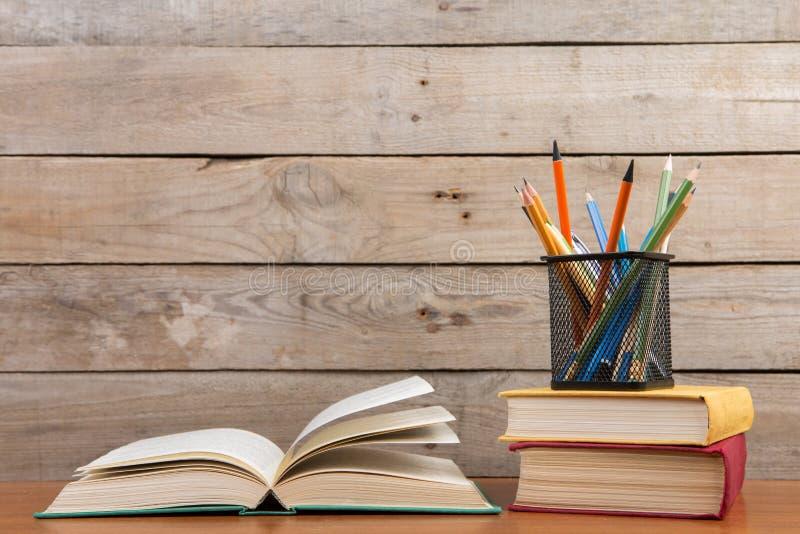 Boeken op de houten achtergrond stock foto