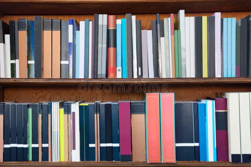 Boeken op de planken van een bibliotheek stock foto's