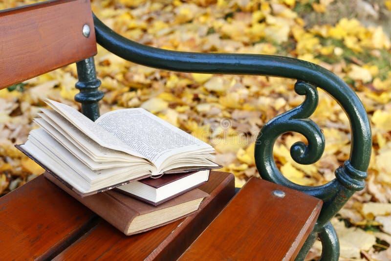 Boeken op een bank stock afbeelding