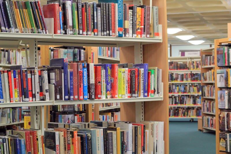 Boeken op een plank in bibliotheek. stock foto's