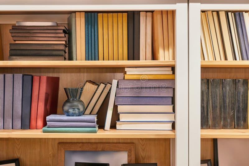 Boeken op een plank stock afbeelding