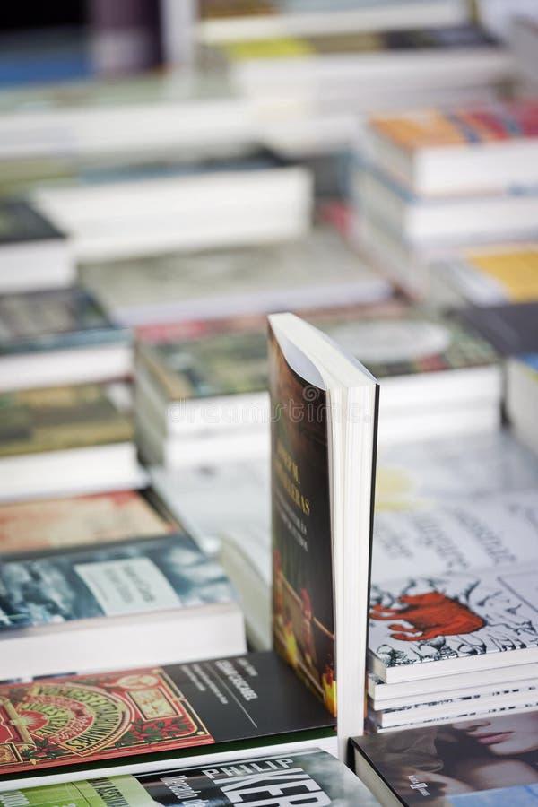 Boeken op een tribune die van de straatboekhandelaar worden aangeboden royalty-vrije stock fotografie