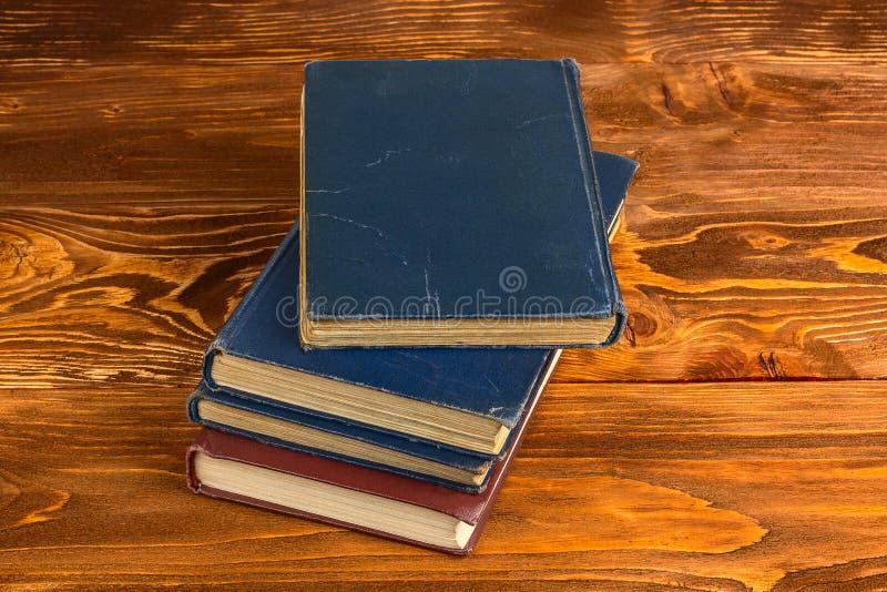 Boeken op houten lijst Men is open op blanco pagina en het potlood is op het royalty-vrije stock afbeelding