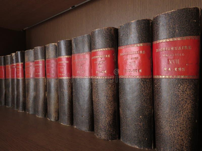 Boeken op plank stock afbeeldingen