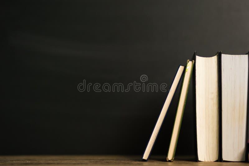 Boeken van het stapel de oude boek met harde kaft op houten deklijst royalty-vrije stock afbeeldingen