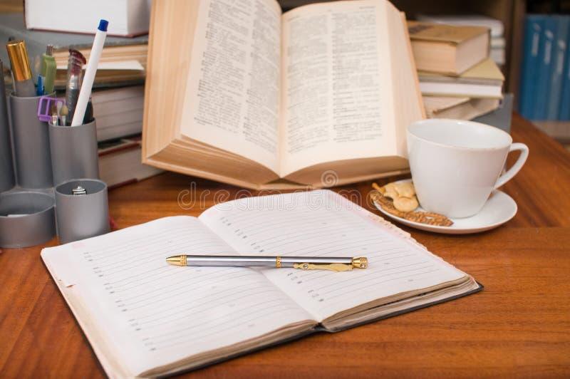Boeken van huisbibliotheek. stock foto's