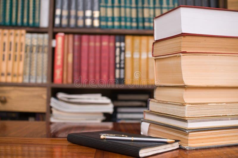 Boeken van huisbibliotheek. stock fotografie