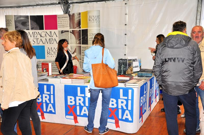 Boekenbeurs in Brescia ` untranslatable Librixia ` Boekhandels grote en kleine vertoning hun beste boeken stock afbeelding