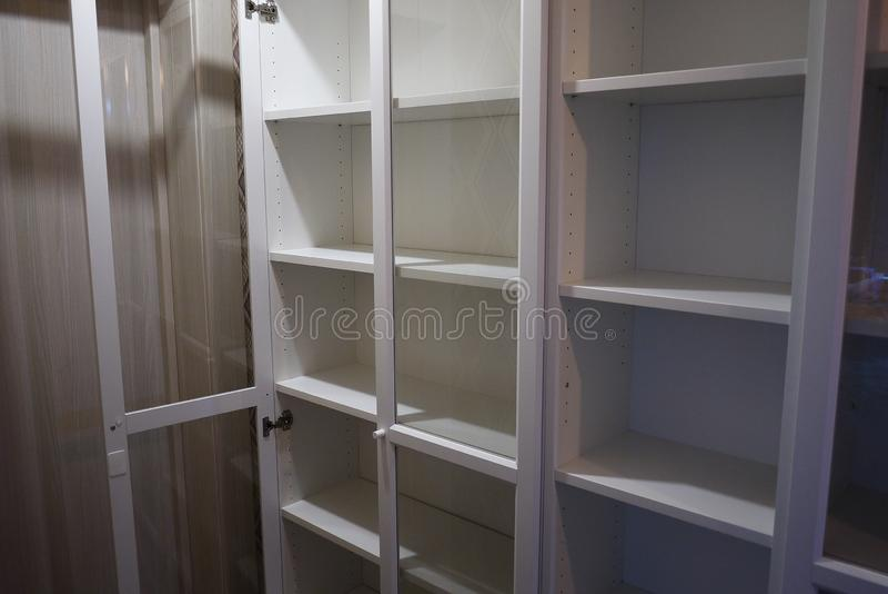 Boekenkast binnen de flat royalty-vrije stock foto's
