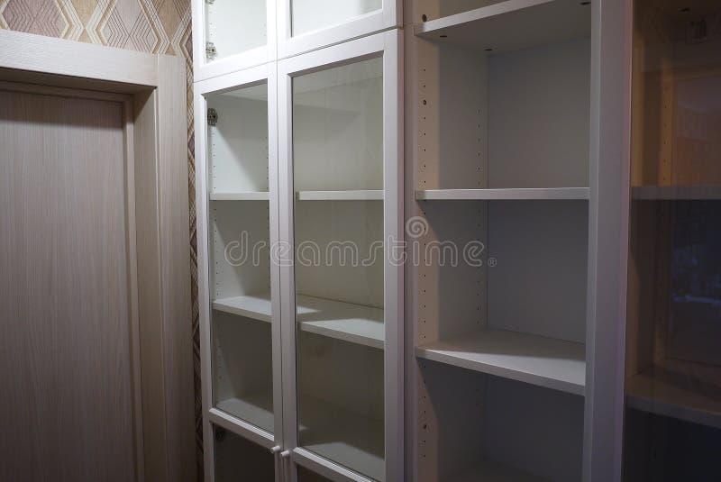 Boekenkast binnen de flat stock afbeelding
