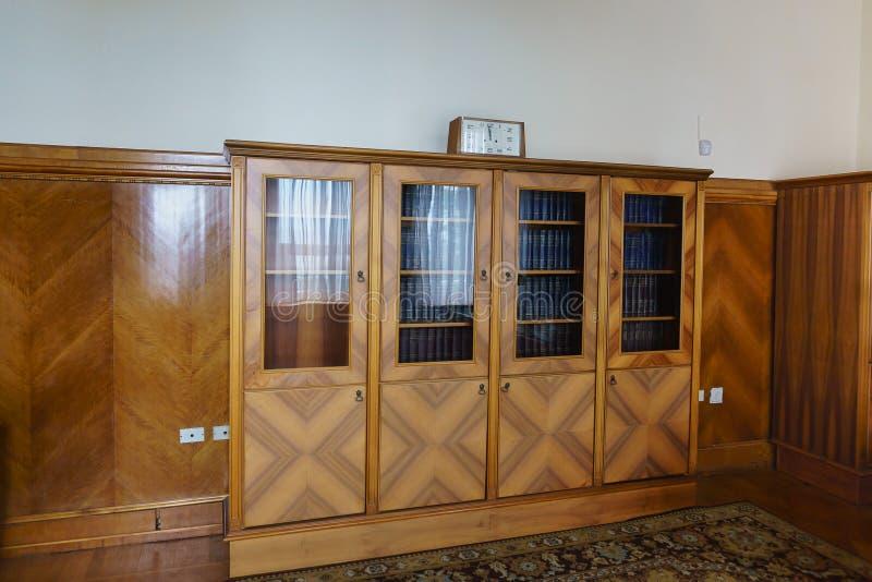 Boekenkast in het bureau van de flat van Stalin in het Yusupov-Paleis Op de planken is het volledige werk van Lenin stock fotografie