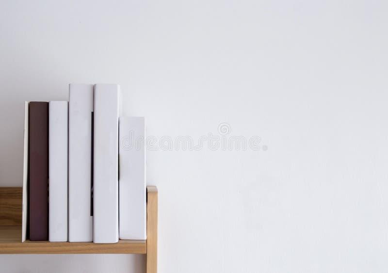 Boekenplank lege stekels, lege bindende stapel op houten textuurachtergrond stock afbeeldingen