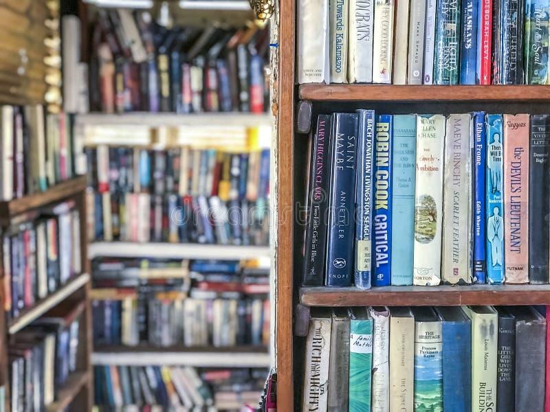 Boekenplanken in een bibliotheek royalty-vrije stock foto's