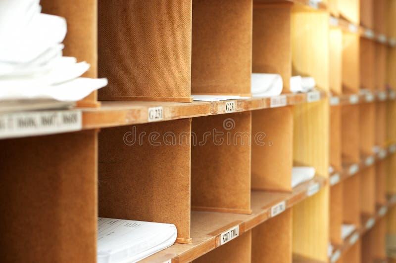 Boekenrek met documenten in archief stock afbeelding