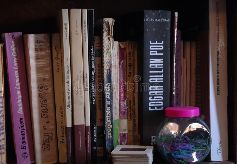 Boekenrekhoogtepunt van oude boeken royalty-vrije stock foto's