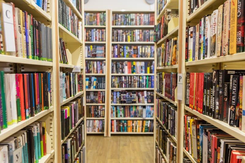 Boekenrekken en Rekken in de Bibliotheek stock afbeelding