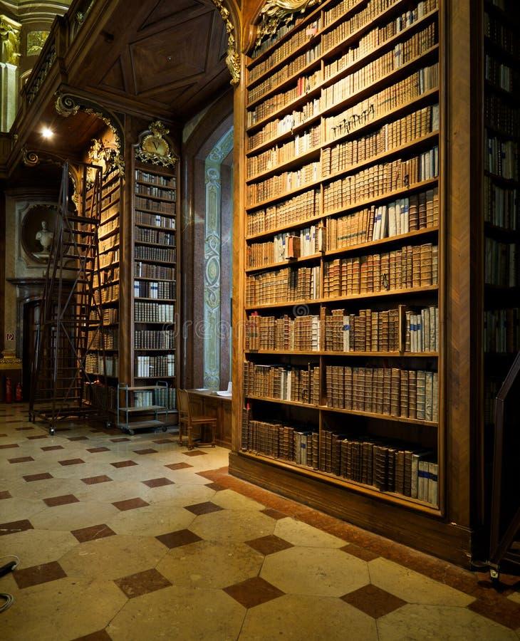 Boekenrekken in oude bibliotheek royalty-vrije stock fotografie