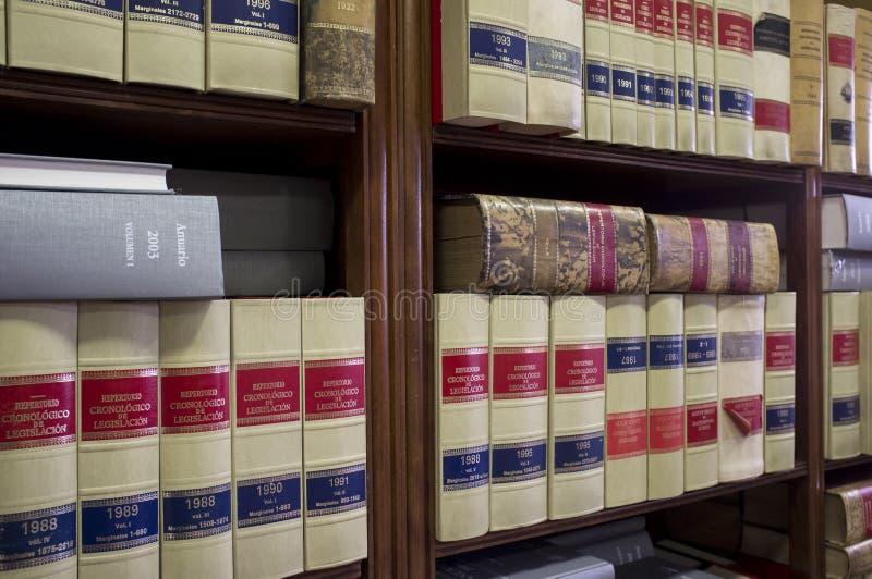 Boekenrekovervloed van oude wettelijke boeken stock fotografie