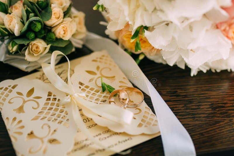Boeket in de handen van de bruid stock foto's