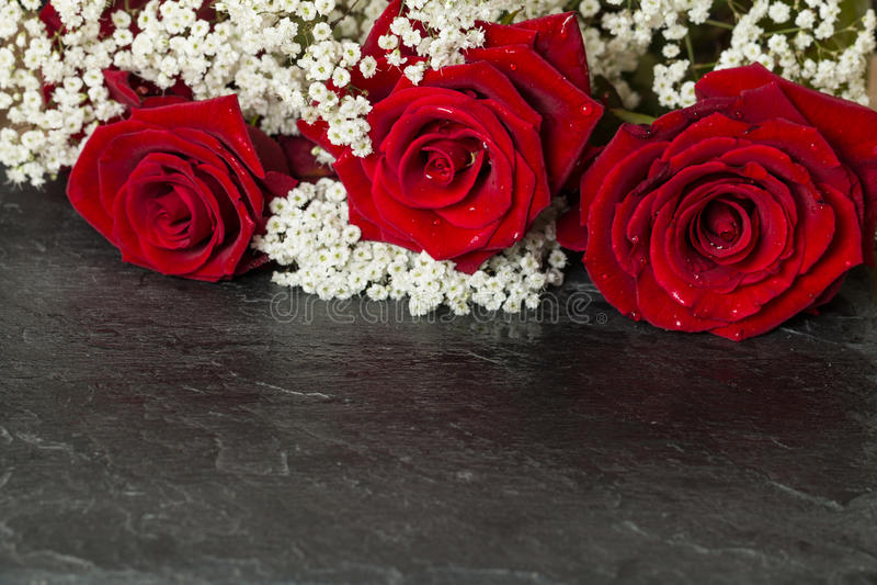 Boeket met heldere rode rozen stock foto