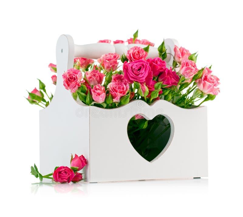 Boeket roze rozen in houten mand stock foto's
