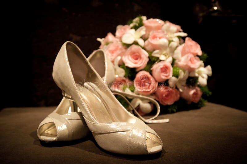 Boeket schoenen van bruid stock foto