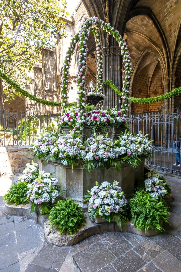 Boeket van bloemen in binnenplaats van Kathedraal van het Heilige Kruis en Heilige Eulalia in Gotisch kwart, Barcelona, Spanje stock foto