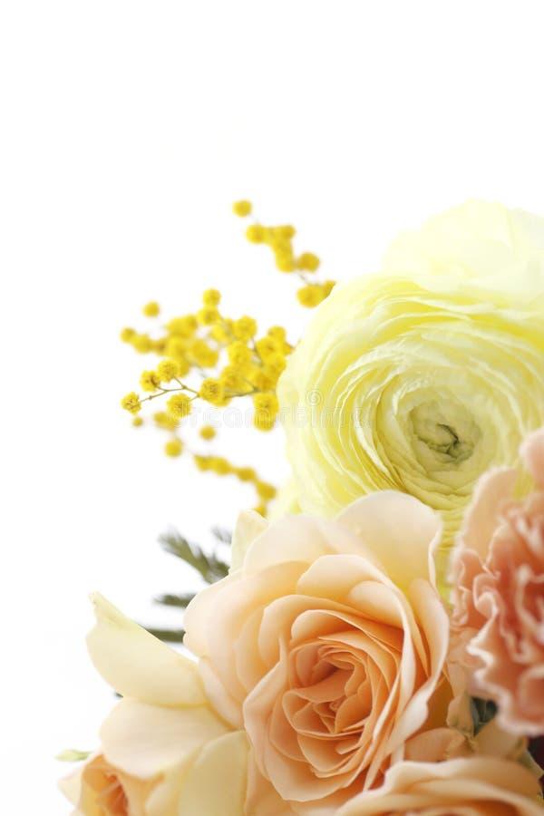 Boeket van bloemen in bleke oranje kleuren royalty-vrije stock afbeeldingen