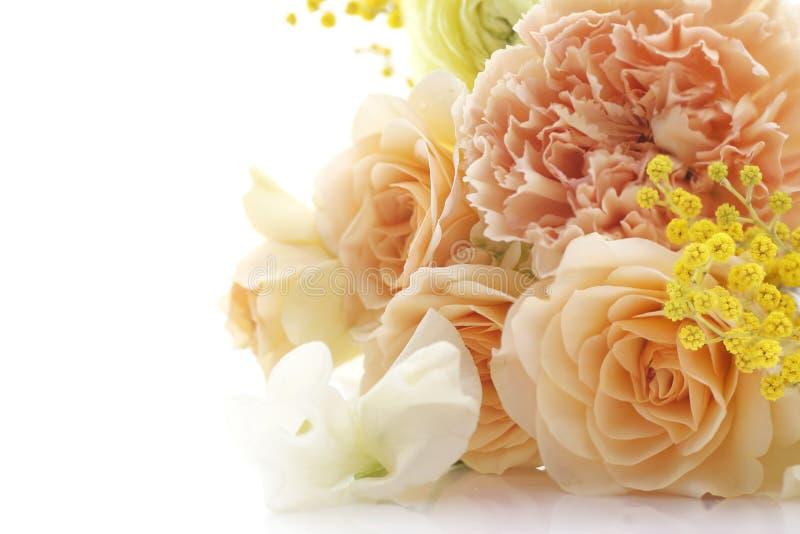 Boeket van bloemen in bleke oranje kleuren royalty-vrije stock afbeelding