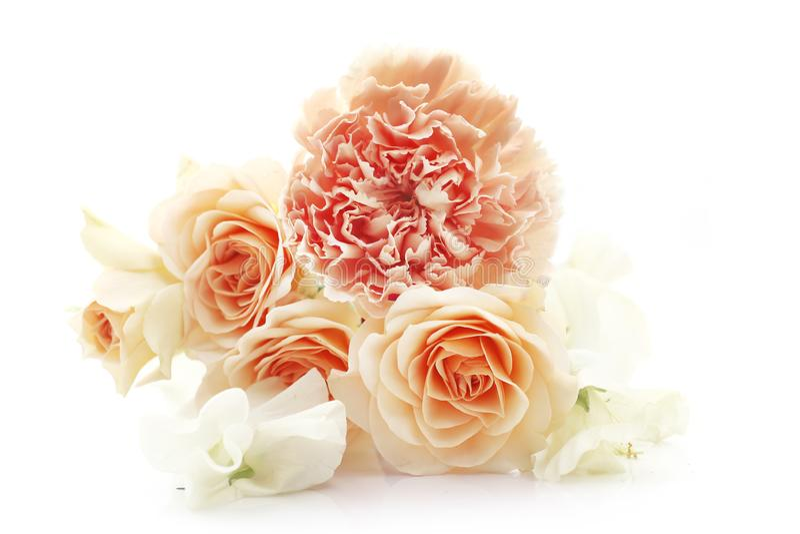 Boeket van bloemen in bleke oranje kleuren royalty-vrije stock foto