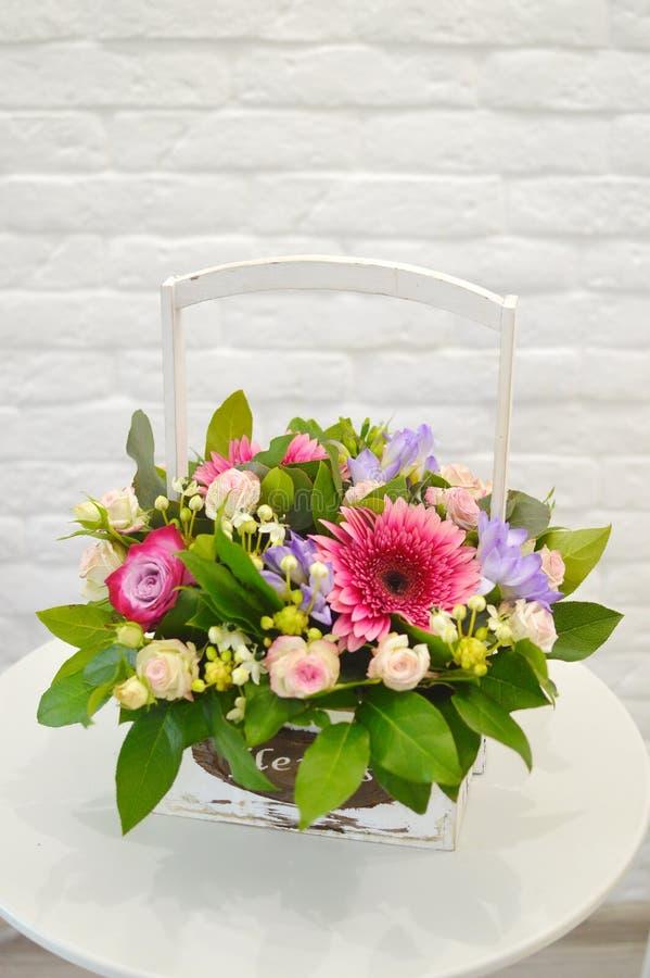 Boeket van bloemen in een witte houten doos royalty-vrije stock afbeeldingen