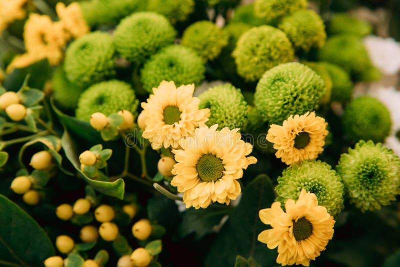 Boeket van Bloemen van Gele en Groene Chrysanten royalty-vrije stock afbeeldingen