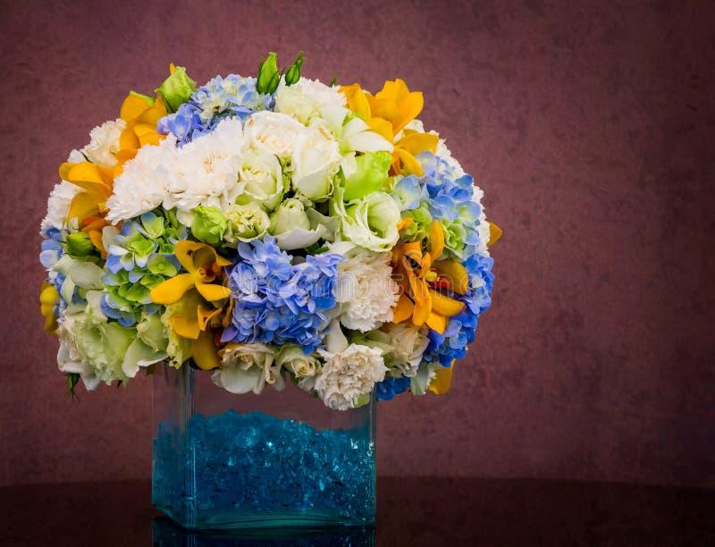 Boeket van bloemen in glasvaas royalty-vrije stock foto's