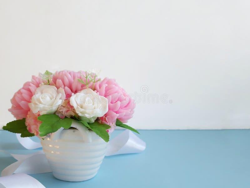 Boeket van bloemen op blauwe oppervlakte voor witte muur royalty-vrije stock afbeelding