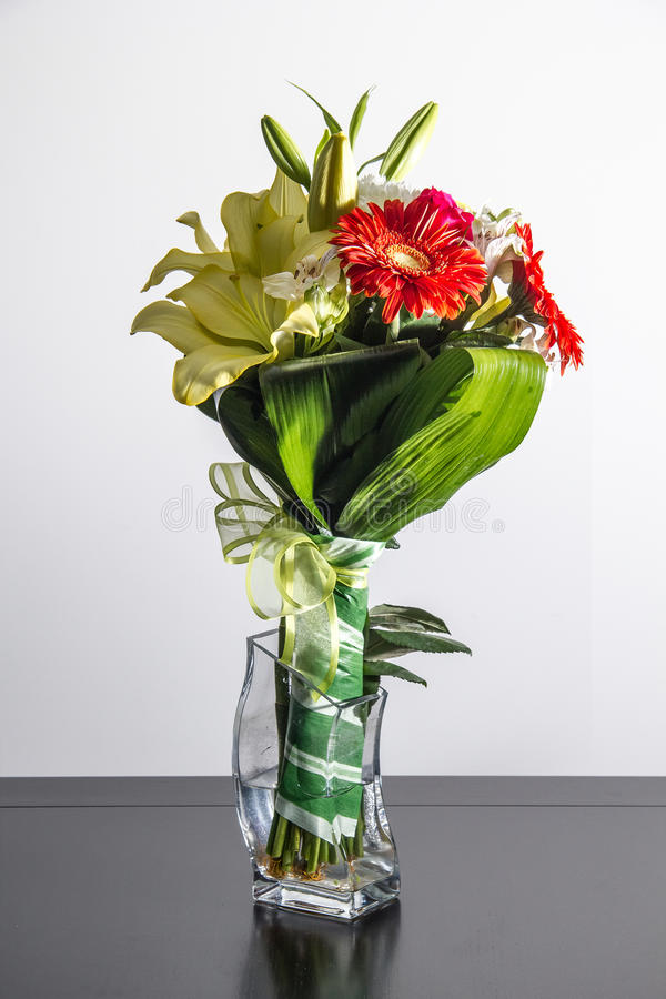 Boeket van bloemen op kruik royalty-vrije stock foto