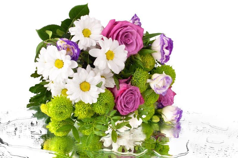 Boeket van bloemen roze rozen, witte chrysanten met groene bladeren op witte dicht omhoog geïsoleerde achtergrond stock foto