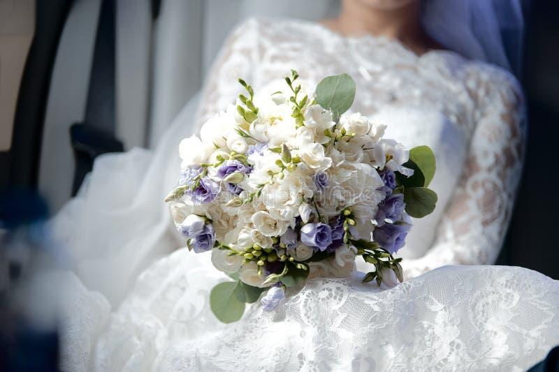 Boeket van bloemen van witte en lilac astromelia stock foto's