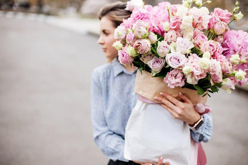 Boeket van bloemen in zak royalty-vrije stock afbeelding
