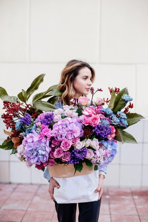 Boeket van bloemen in zak royalty-vrije stock foto's