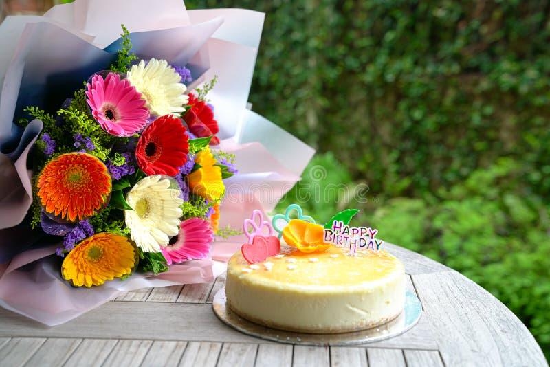 Boeket van de bloemen en de kaastaart van het gerberamadeliefje stock fotografie