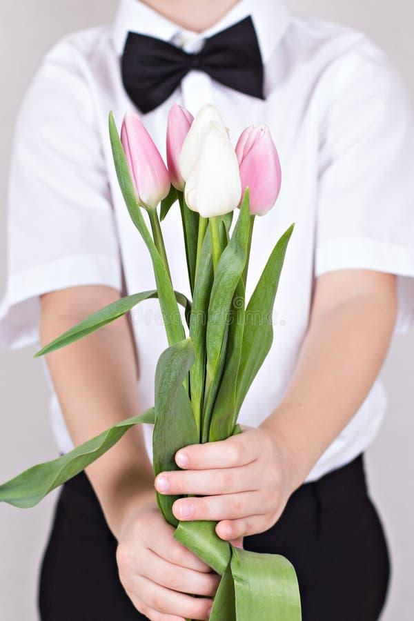 Boeket van de lentebloemen in de handen van kinderen stock foto