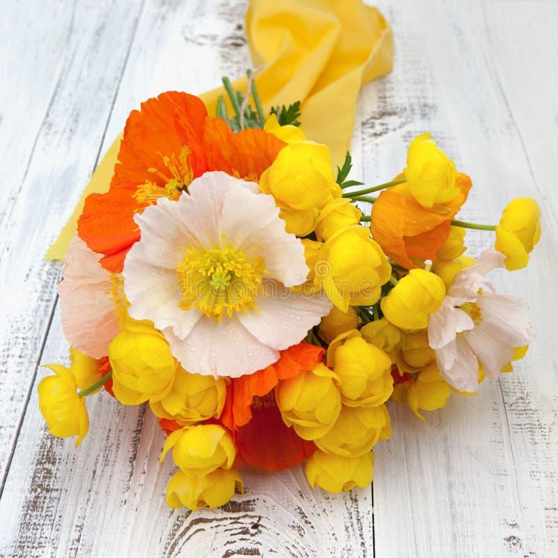 Boeket van de zomerbloemen op een lijst stock foto's