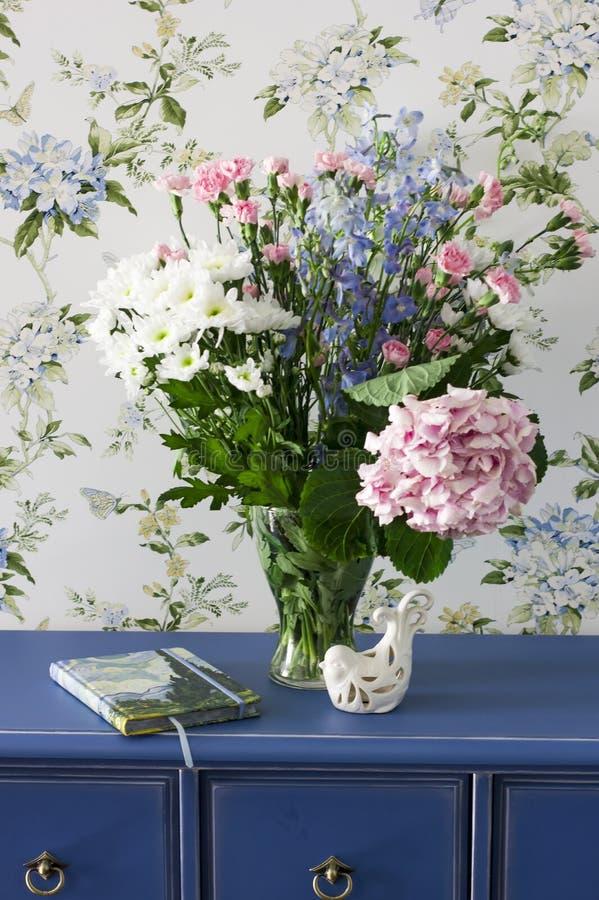 Boeket van de zomerbloemen in de stijl van de Provence op blauwe opmaker stock fotografie