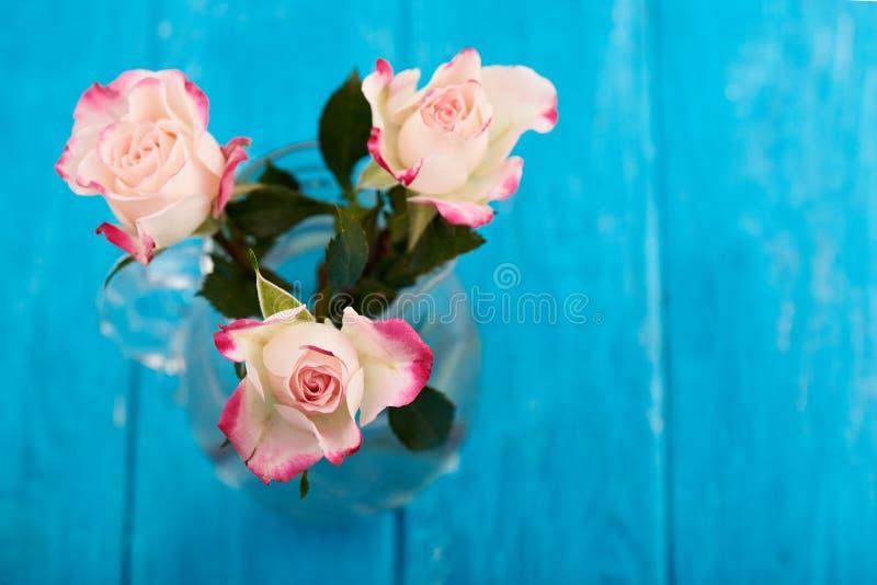 Boeket van drie witte en roze rozen stock foto's