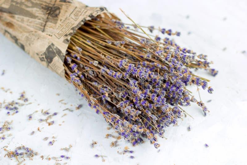 boeket van droge lavendelbloemen in verpakkend document royalty-vrije stock foto's