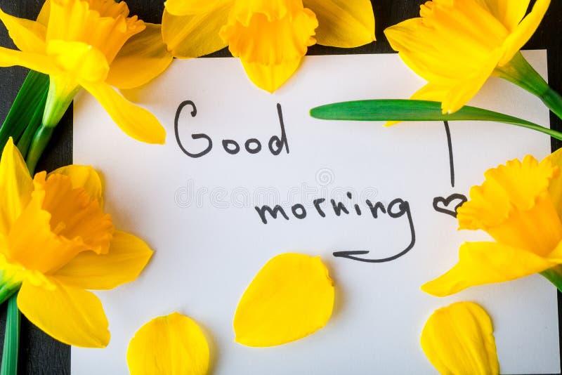 Boeket van gele narcis dichtbij kaart met goedemorgen op zwarte achtergrond Hoogste mening De ruimte van het exemplaar Moedersdag royalty-vrije stock foto's