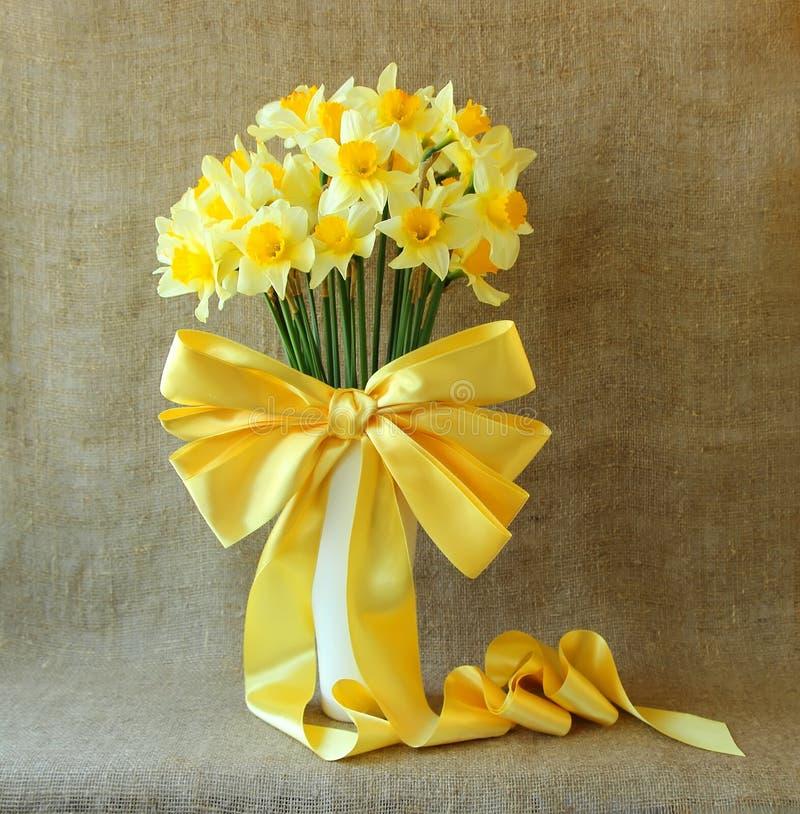 Boeket van gele narcissen in een vaas stock afbeelding