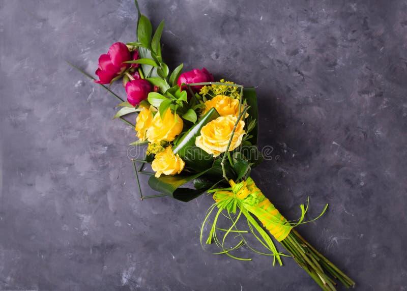 Boeket van gele, roze rozen Stilleven met kleurrijke bloemen Verse rozen stock fotografie