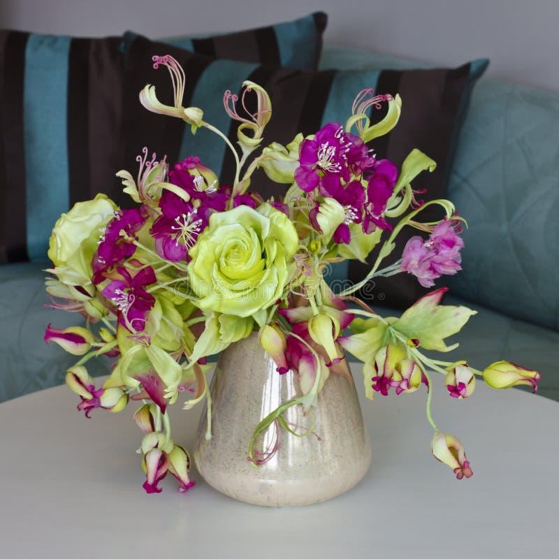Boeket van gele rozen met rode bloemen met knoppen in een vaas  royalty-vrije stock fotografie
