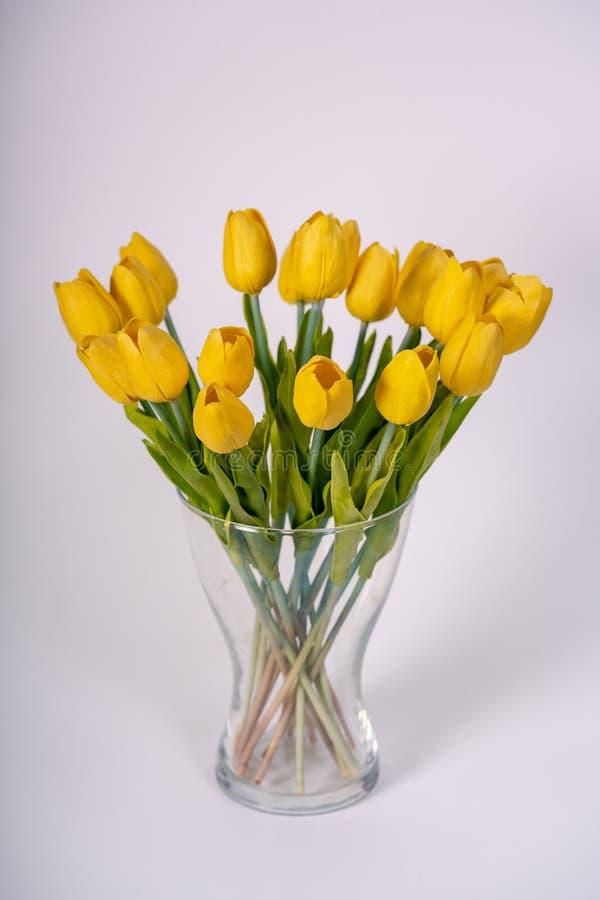 boeket van gele tulpen die zich in een vaas bevinden stock foto